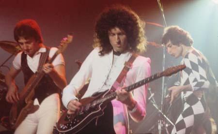 Brian May en una actuación con Queen